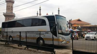 jasabuspariwisata-bus-weha-one-premium-class-white-horse-perjalanan-ke-cirebon-masjid-agung