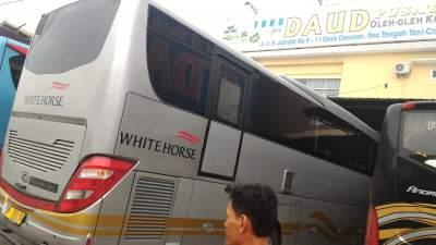 jasabuspariwisata-bus-weha-one-premium-class-white-horse-perjalanan-ke-cirebon-toko-daud