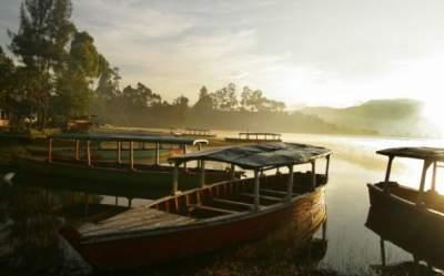 jasabuspariwisata-ingin-berbulan-madu-kunjungi-danau-romantis-situ-cileunca-berperahu