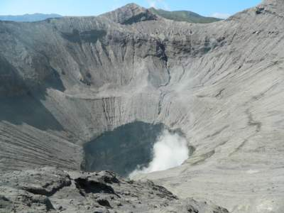 jasabuspariwisata-keindahan-alami-dari-gunung-bromo-kawah-lava