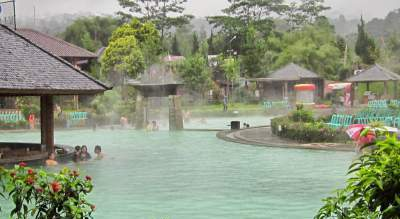 jasabuspariwisata-nikmati-wisata-pemandian-air-panas-sari-ater-subang-kolam-renang