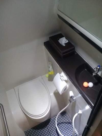 jasabuspariwisata-sewa-bus-pariwisata-toilet-lebih-nyaman-bus-mewah-premium-class