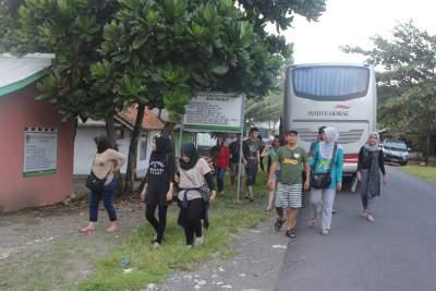 jasabuspariwisata-kunjungi-8-obyek-wisata-di-pangandaran-ini-saat-liburan-sekolah-bus-white-horse
