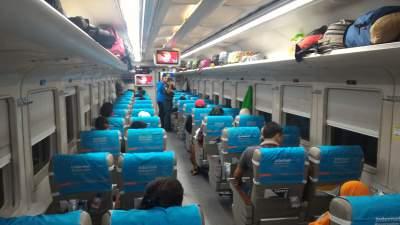 jasabuspariwisata-perjalanan-dengan-kereta-api-sembrani-dan-bus-agra-mas-dalam-kereta