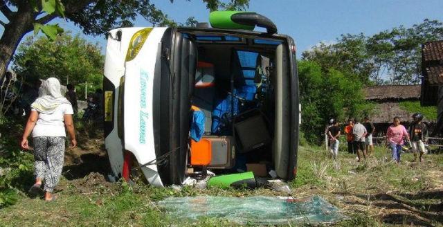 Bus Pariwisata Rombongan Peziarah Asal Pati Terguling di Boyolali