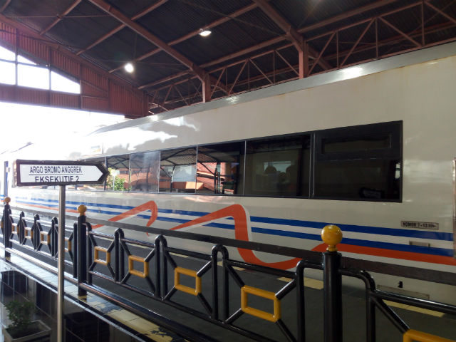 jasabuspariwisata-naik-kereta-api-bima-dan-kereta-api-argo-bromo-anggrek-ke-surabaya-anggrek