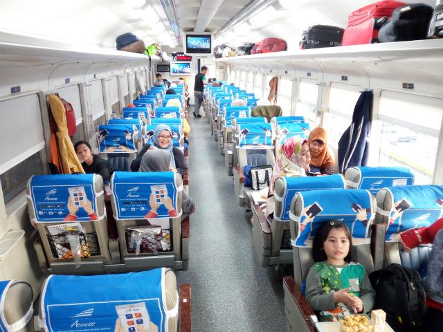 jasabuspariwisata-naik-kereta-api-bima-dan-kereta-api-argo-bromo-anggrek-ke-surabaya-interior