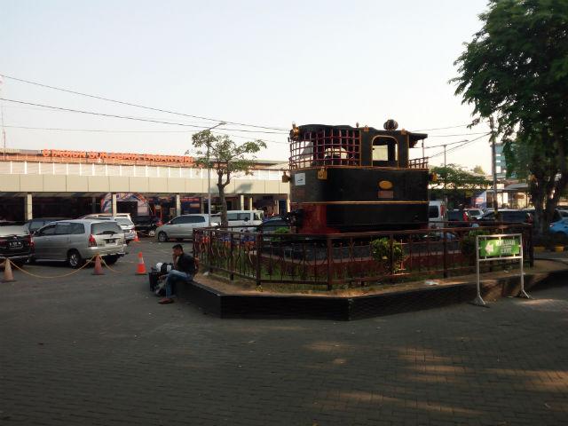 jasabuspariwisata-naik-kereta-api-bima-dan-kereta-api-argo-bromo-anggrek-ke-surabaya-pasar-turi