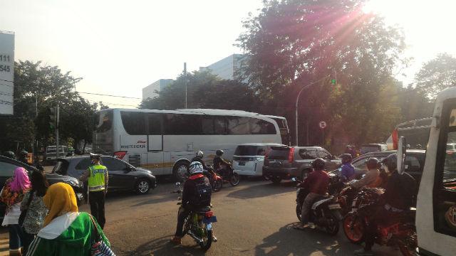 jasabuspariwisata-sewa-bus-pariwisata-cilandak-bus-white-horse