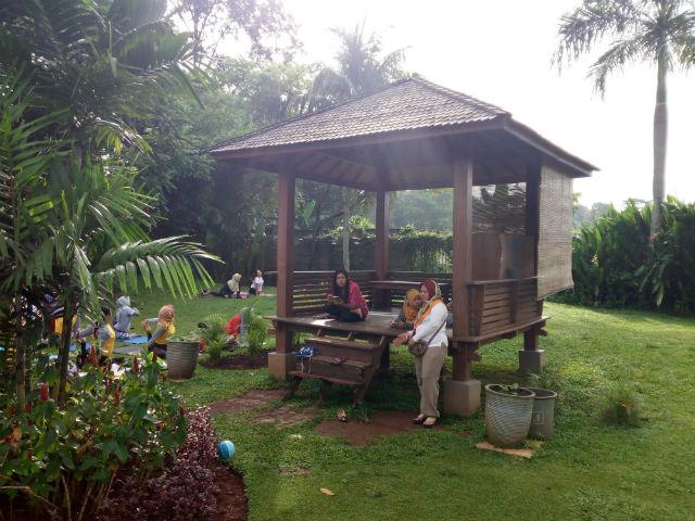 jasabuspariwisata-wisata-dan-olahraga-di-taman-tabebuya-gazebo