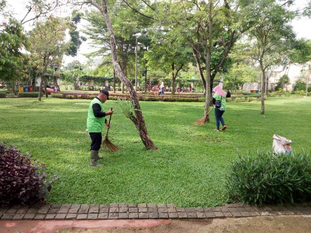 jasabuspariwisata-wisata-dan-olahraga-di-taman-tabebuya-petugas-kebersihan