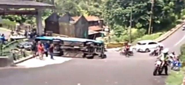 jasabuspariwisata-berhasil-dievakuasi-bus-pariwisata-yang-terguling-di-kakekbodo-2