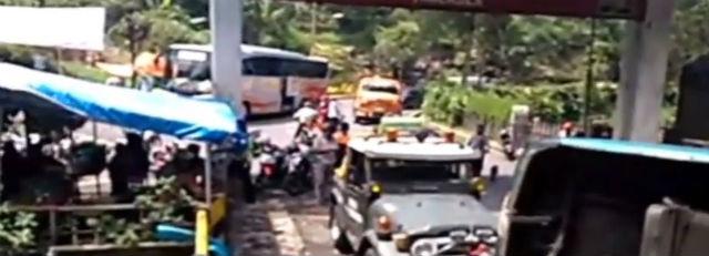 jasabuspariwisata-berhasil-dievakuasi-bus-pariwisata-yang-terguling-di-kakekbodo-3