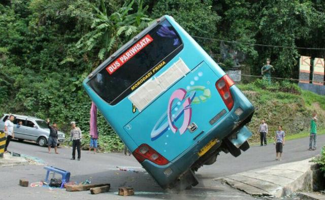 jasabuspariwisata-berhasil-dievakuasi-bus-pariwisata-yang-terguling-di-kakekbodo